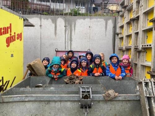 Kindergarten Dorf1 besucht eine Baustelle